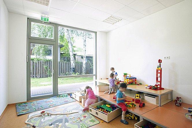 Referenz Kindergarten Berlin Innen Raum mit Kinder